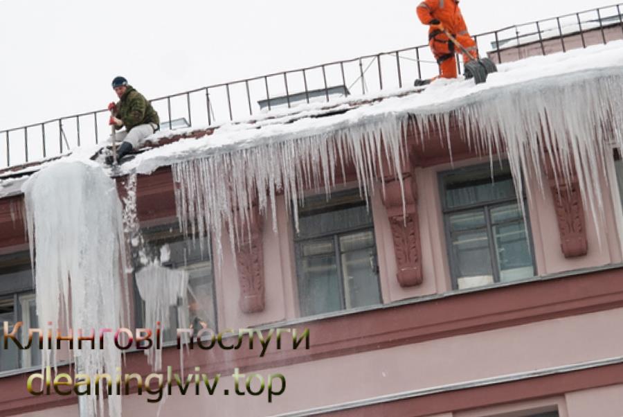 Прибирання снігу з дахів